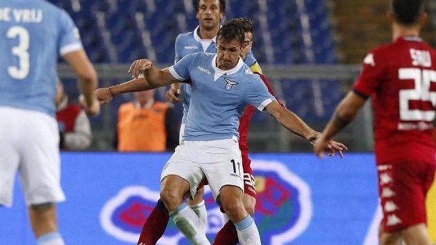 Útočníka Lazia Řím Miroslava Kloseho (vpředu) brání Luca Ceppitelli z Cagliari.