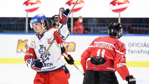 Karel Plášek oslavuje gól na 1:1 během utkání s Rakouskem.