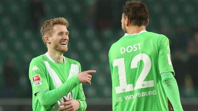 André Schürrle a Bas Dost se radují z gólu v utkání s Hoffenheimem.