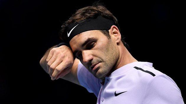 Švýcar Roger Federer při utkání s Alexanderem Zverevem z Německa.