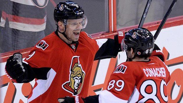 Útočník Ottawy Senators Milan Michálek (vlevo) slaví gól proti Winnipegu se spoluháčem Corym Conacherem.