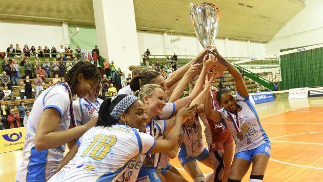 Volejbalistky Prostějova s pohárem za vítězství v lize.
