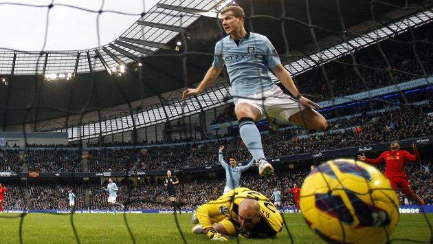Edin Džeko v dresu Manchesteru City se raduje z gólu v utkání Premier League proti Liverpoolu.