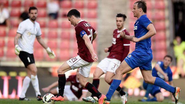 Sparťanský útočník David Lafata (třetí zprava) střílí gól proti Brnu a ujímá se vedení v tabulce střelců.