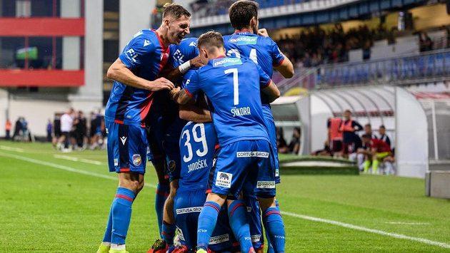 Fotbalisté Viktorie Plzeň oslavují gól během utkání se Spartou.