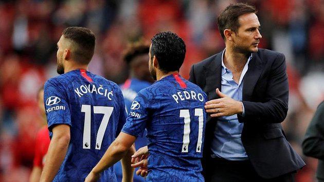 Kouč Frank Lampard (vpravo) po nevydařené premiéře na lavičce Chelsea se svými svěřenci Mateem Kovačičem a Pedrem.