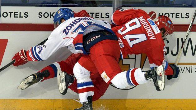Tomáš Zohorna v souboji s Rusem Mironovem během duelu turnaje Karjala.