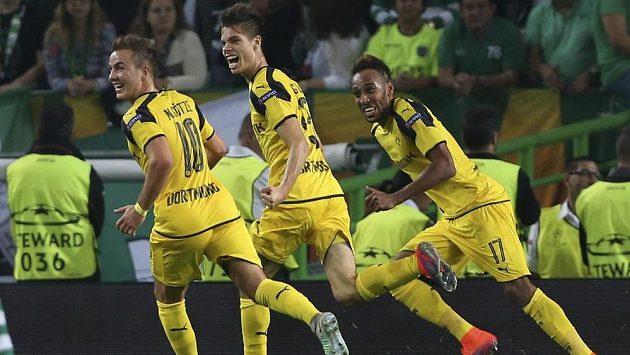 Fotbalisté Dortmundu se radují z gólu - ilustrační foto.
