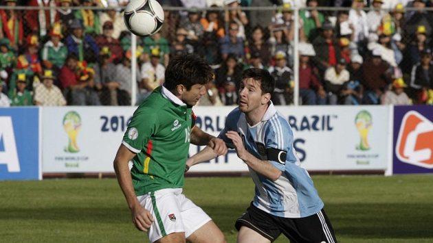 Argentinec Lionel Messi (vpravo) si obhazuje Ronalda Raldese z Bolívie.