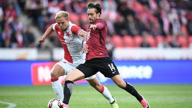 Slávista Mick van Buren (vlevo) v souboji s Václavem Kadlecem ze Sparty v pražském derby.