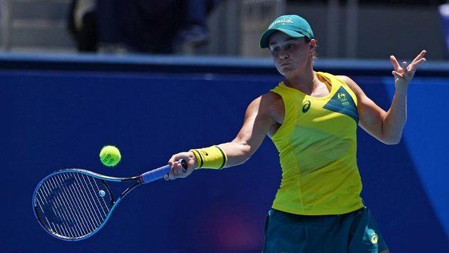 Australanka Ashleigh Bartyová při utkání se Španělkou Sarou Sorribesovou.