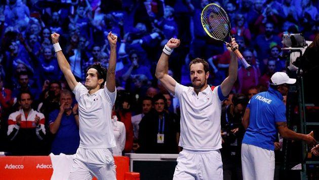 Francouzský tenisový pár Richard Gasquet (vpravo) a Pierre-Hugues Herbert oslavuje vítězství ve čtyřhře finále Davis Cupu proti Belgii.