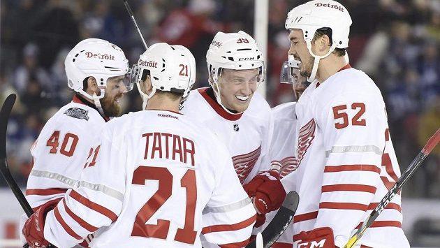 Detroitský Tomáš Tatar (číslo 21) slaví se spoluhráči gól Anthonyho Manthy (39) v utkání proti Torontu.