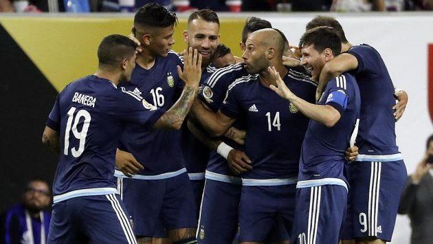 Argentinec Lionel Messi (druhý zpryva) slaví se spoluhráči gól proti USA v semifinále Copy América.