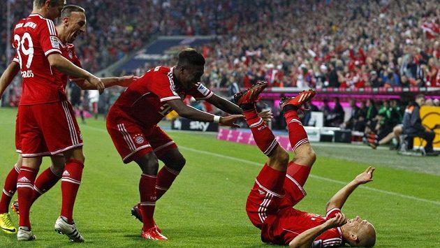 Hráči Bayernu (zleva) Toni Kroos, Franck Ribéry, David Alaba a Arjen Robben slaví gól proti Mönchengladbachu.
