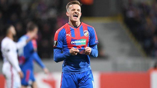 Plzeňský záložník Kopic se šklebí po zahozené šanci v utkání Evropské ligy s FCSB.