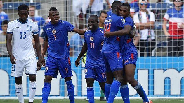 Haitský útočník Duckens Nazon (zcela vpravo) slaví se spoluhráči gól proti Hondurasu.