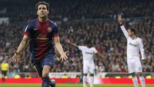 Barcelonský Cesc Fábregas se raduje z gólu proti Realu Madrid v semifinále poháru.