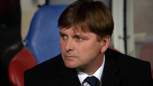 Zadumaný trenér Viktorie Plzeň Dušan Uhrin mladší během utkání osmifinále Evropské ligy v Lyonu.