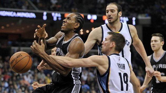 Kawhi Leonard (vlevo) z týmu San Antonio Spurs bojuje o míč s hráčem Memphis Grizzlies Benoem Udrihem (číslo 19).