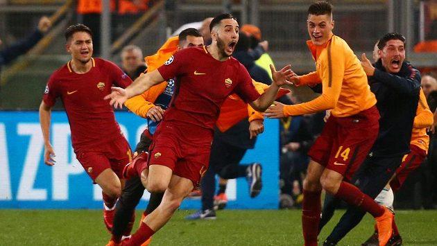 Radost AS Řím. Konstantinos Manolas právě překonal barcelonského brankáře a rozhodl o postupu italského týmu přes slavnou Barcelonu. Mezi prvními gratulanty byl i Patrik Schick.