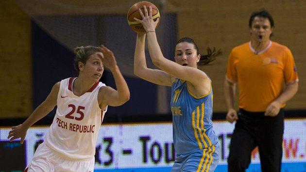Přípravné utkání basketbalistek před ME - vlevo Kateřina Křížová z českého týmu a Katerina Dorogobuzovová z Ukrajiny.
