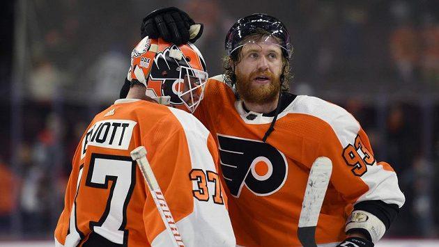 Útočník Philadelphie Jakub Voráček a brankář Brian Elliott se radují z výhry nad Montrealem.
