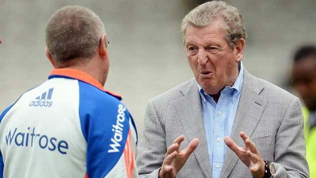Trenér anglické fotbalové reprezentace Roy Hodgson (vpravo) se svým kolegou z kriketového týmu Trevorem Baylissem.