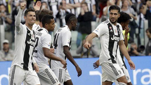 Fotbalisté Juventusu Turín porazili v 33. kole italské ligy Fiorentinu 2:1 a zajistili si osmý mistrovský titul v řadě a 35. celkově.