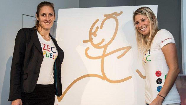 Skifařka Mirka Knapková (vlevo) a česká tenistka Andrea Hlaváčková s motivem pro LOH 2016 v Riu.