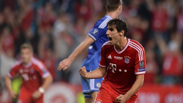 Javi Martínez oslavuje vyrovnávací gól na 2:2 během utkání UEFA Superpoháru proti Chelsea.