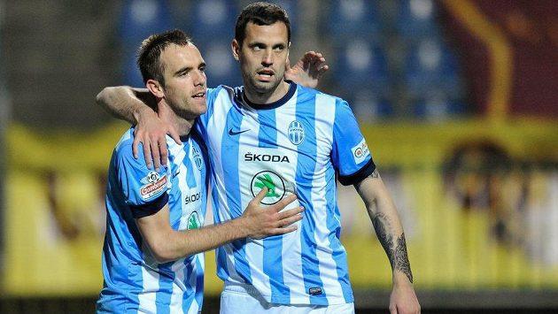 Mladoboleslavský záložník Jasmin Ščuk (vlevo) slaví s útočníkem Lukášem Magerou gól proti pražské Dukle.