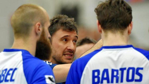 Trenér české reprezentace Miguel Ángel Falasca uděluje pokyny svým svěřencům.