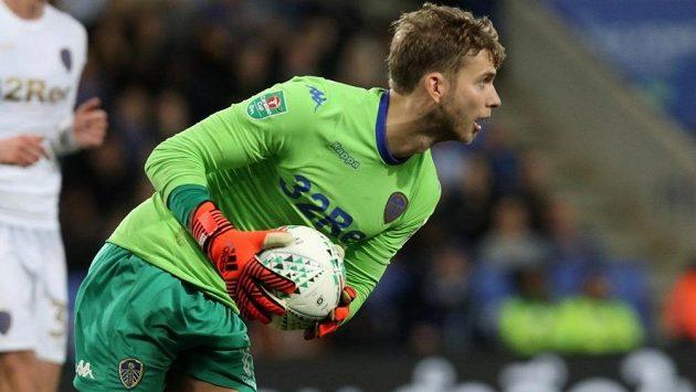 Gólman fotbalového Leedsu už si bude pamatovat, že kšiltovka musí být součástí jeho zápasového vybavení.