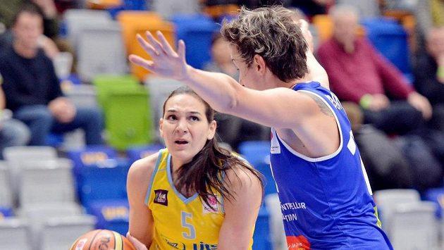 Elodie Godinová z týmu Montpellier brání Sonju Petrovičovou (vlevo) z USK Praha v utkání 7. kola Evropské ligy basketbalistek.