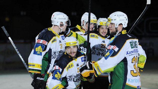 Hokejisté Karlových Varů se radují z branky do sítě Slavie.