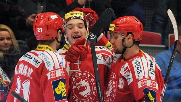 Hokejisté Třince se radují ze vstřeleného gólu - ilustrační foto.