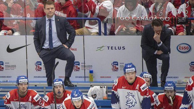 Hlavní kouč české reprezentace Václav Varaďa (vlevo) a jeho asistent Patrik Eliáš na střídačce během duelu MS do 20 let proti Kanadě.