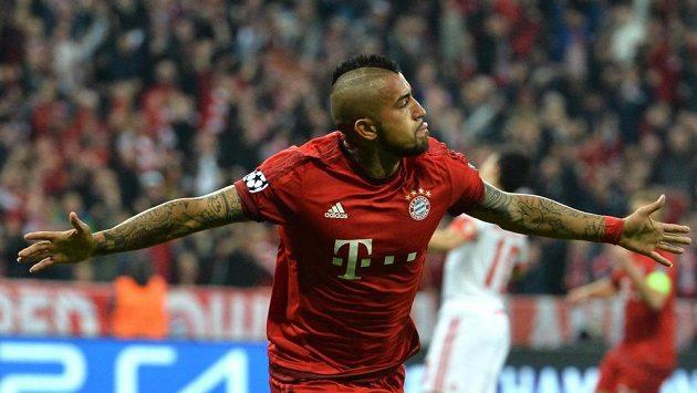 Arturo Vidal z Bayernu jásá po gólu proti Benfice ve čtvrtfinále Ligy mistrů.