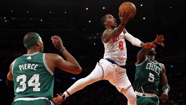 Basketbalista New Yorku Knicks J.R.Smith (v bílém dresu) v utkání proti Bostonu.