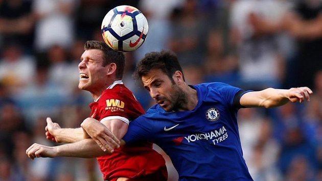 Liverpoolský James Milner (vlevo) a Cesc Fabregas z Chelsea.