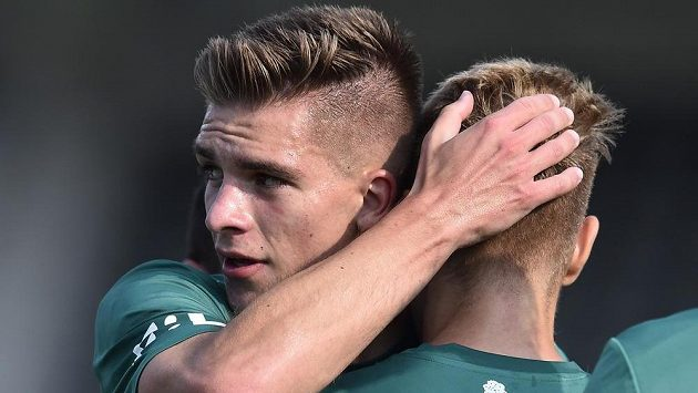 Jablonecký Libor Holík (vlevo) gratuluje střelci úvodního gólu Janu Matouškovi.