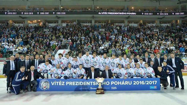Liberečtí hokejisté s Prezidentským pohárem pro vítěze základní části extraligy.