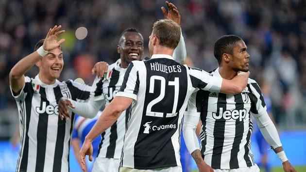 Fotbalisté Juventusu zleva Paulo Dybala, Blaise Matuidi, Benedikt Höwedes a Douglas Costa se radují z gólu.