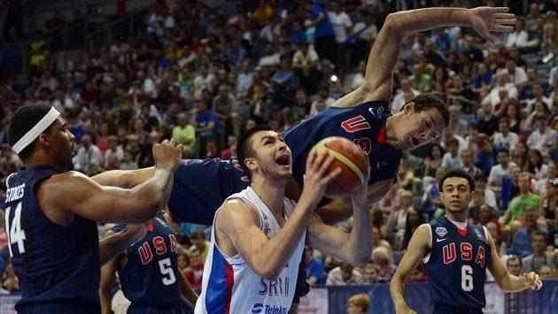 Zleva Jamell Stokes z USA, Nikola Janković ze Srbska, Aaron Gordon a Nigel Williams-Goss (oba z USA) ve finále MS basketbalistů do 19 let.
