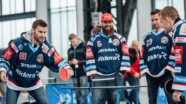 Pálky vzali do rukou i hokejisté Vítkovic. Na snímku hraje Petr Kolouch (vlevo) proti Davidu Květoňovi, příhlíží Jan Výtisk a Ondřej Roman (druhý zprava.)