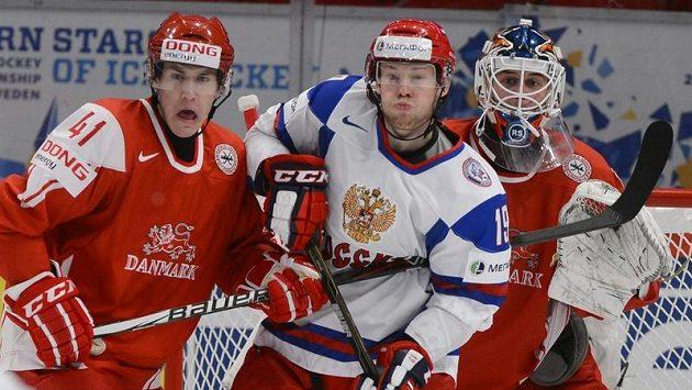 Ruský hokejista Denis Kokarev a Dán Jesper Jensen před brankářem Simonem Nielsenem v utkání MS skupiny B.