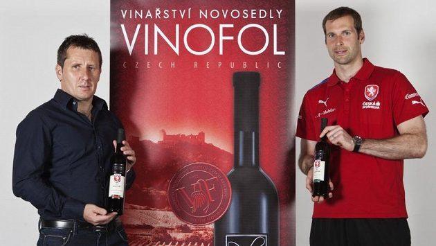 Petr Čech s majitelem vinařství Vinofol Pavlem Foltýnem