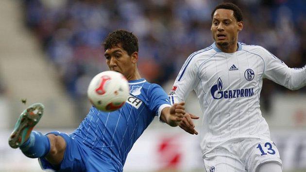 Jermaine Jones (vpravo) ze Schalke v souboji s Robertem Firminem z Hoffenheimu v 10. kole bundesligy.