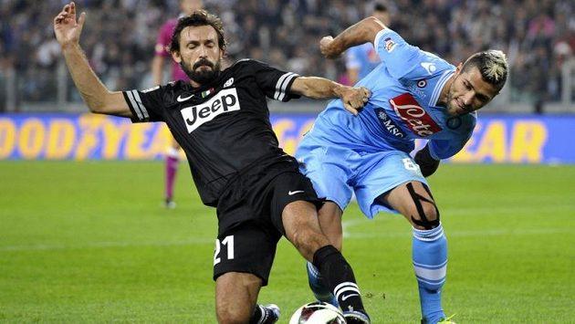 Andrea Pirlo (vlevo) z Juventusu v souboji s neapolským Valonem Behramim.